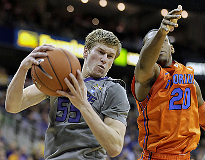 Kansas State's Will Spradling (16 points, five assists) beats Florida's Michael Frazier II to a rebound. (AP)