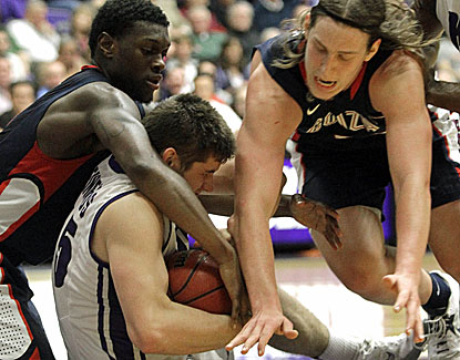 Kelly Olynyk, at right scrapping for a loose ball, scores 21 points for Gonzaga, which has won eight straight. (AP)