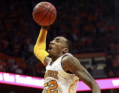 Tennessee's Jordan McRae throws down the jam for 2 of his 27 points in the Vols' win over Florida. (USATSI)