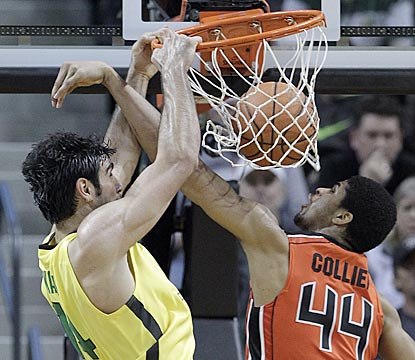 Oregon's Arsalan Kazemi dunks over Oregon State's Devon Collier during the second half.  (AP)