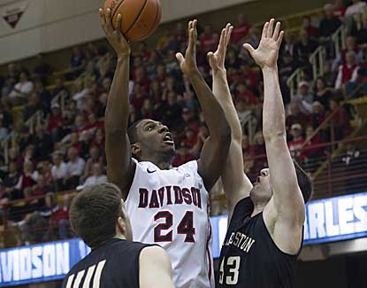 Davidson leans on De'Mon Brooks for 24 points and 8 boards in defeating College of Charleston in the SoCon title game.  (USATSI)