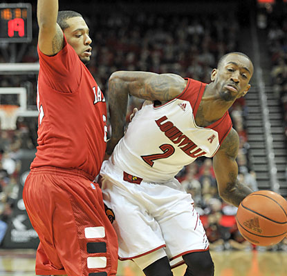 Russ Smith (14 points) helps the defending national champion Cardinals pull out their 20th straight win. (USATSI)