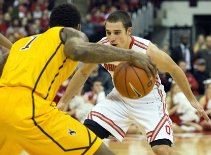 Aaron Craft (right), who scores all 10 of his points in the second half, guards Wyoming's Charles Hankerson Jr. (USATSI)