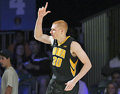 Aaron White leads No. 23 Iowa with 17 as the Hawkeyes beat UTEP and advance to the Battle 4 Atlantis championship. (USATSI)