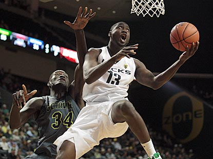 Ducks forward Richard Amardi drives past Mamadou Ndiaye, the Anteaters' 7-foot-6 freshman center.  (USATSI)