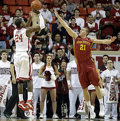 Oklahoma's Buddy Hield (left) scores 22 points as the Sooners snap Iowa State's 14-game winning streak. (USATSI)