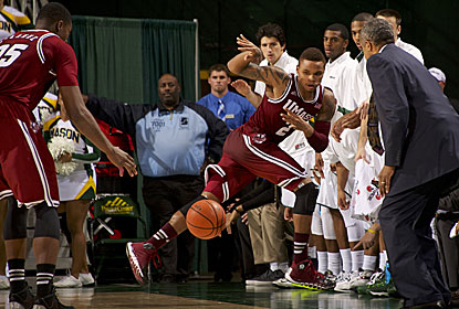 Derrick Gordon (right) saves the ball from going out of bounds here, and later hits the winner for UMass with 8 seconds left. (USATSI)
