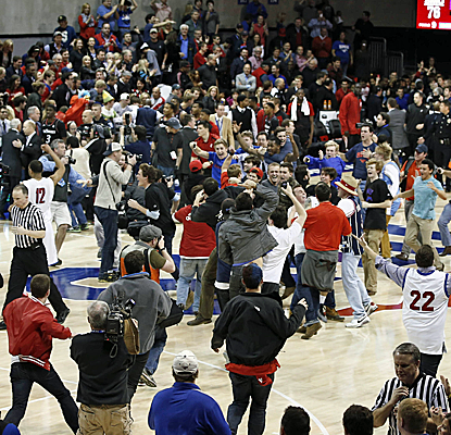 The crowd storms the floor after SMU stuns No. 7 Cincinnati for its third win over a Top 25 team in the last seven.  (USATSI)