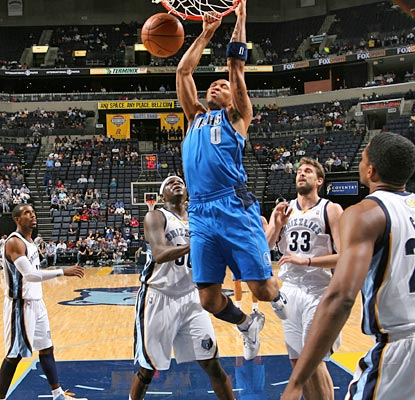 Shawn Marion chips in with 20 points, two via a big dunk, to help fill a hampered Dirk Nowitzki's shoes.  (Getty Images)