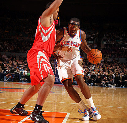 Amar'e Stoudemire drives the lane for two of his team-high 25 points for the struggling Knicks.  (Getty Images)