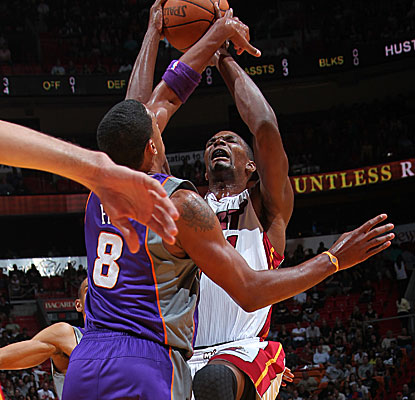 Chris Bosh shoots over Channing Frye and goes on to score a season-high 35 points for the Heat. (AP)