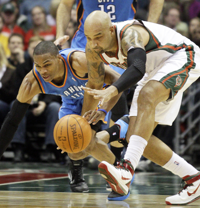 Russell Westbrook (left) and Drew Gooden battle for a loose ball during the first half. (AP)