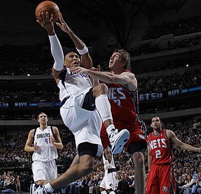 Shawn Marion goes up for the layup against Troy Murphy of the Nets on his way to scoring 18 points in the Mavs' win. (Getty Images)