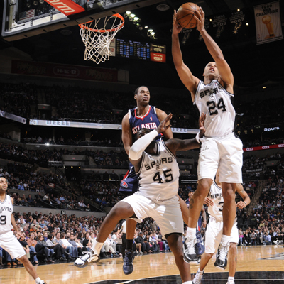 The Spurs' Richard Jefferson (24) grabs one of his four rebounds on the night against the Atlanta Hawks.  (Getty Images)