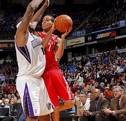 Kevin Martin draws contact vs. the Kings and sinks a perfect 7 of 7 from the free-throw line. (Getty Images)
