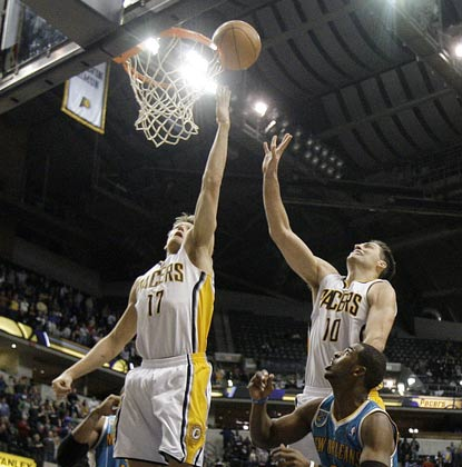 Mike Dunleavy is in the right place at the right time, and his buzzer-beater boosts the Pacers back to .500.  (AP)