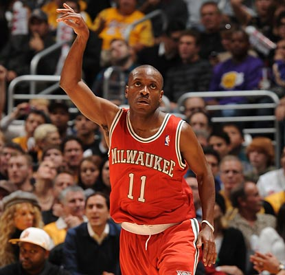 Earl Boykins shows off his shooting stroke, making 8 of 12 shots for a season-high 22 points.  (Getty Images)