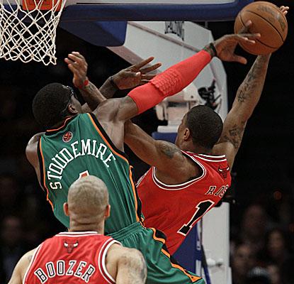 Amar'e Stoudemire puts the kibosh on a Derrick Rose shot Saturday, one of the Knicks' 10 blocks vs. the Bulls. (AP)