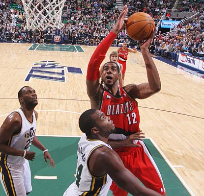 LaMarcus Aldridge takes it to the rack against the Jazz, helping him rack up 26 points with seven rebounds. (AP)