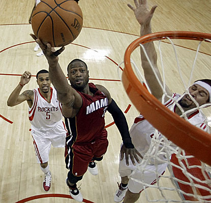 Dwyane Wade reaches 45 points and hits 40 points on consecutive nights for the first time in his career. (AP)