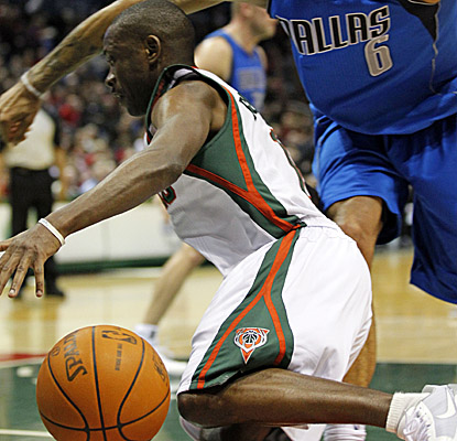 Bucks PG Earl Boykins hits for a season-high 26 points in his return from a one-game suspension. (AP)