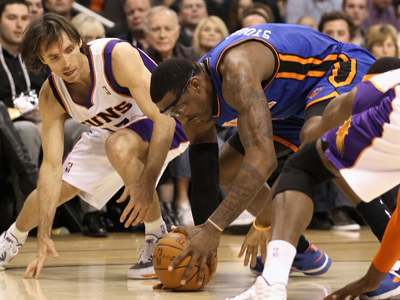 Amar'e Stoudemire -- 23 points -- battles his former teammate  Steve Nash for a loose ball.     (Getty Images)