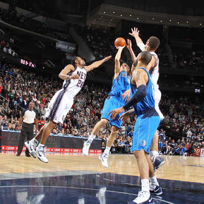 Dirk Nowitzki -- 23 points -- drains a long jumper with six seconds left to give the Mavs a victory.  (Getty Images)