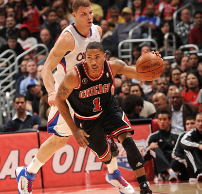 Derrick Rose blows past Blake Griffin and finishes the game with 32 points in the Bulls' win. (Getty Images)