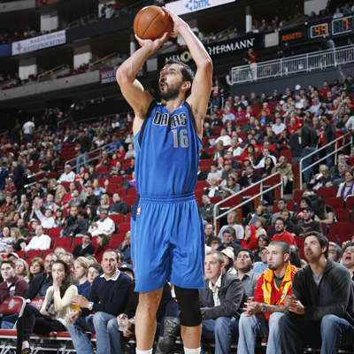 Peja Stojakovic goes 4 of 6 from beyond the arc to pass Dale Ellis and break a fourth-place tie in career three-pointers.   (Getty Images)