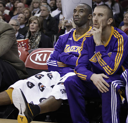 Kobe Bryant and the Lakers stumble to the lowly Cavs and suffer their third straight loss before the All-Star break. (AP)