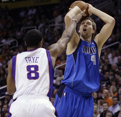 Dirk Nowitzki shoots over Channing Frye on his way to scoring 35 points in the Mavericks' win over the Suns. (AP)