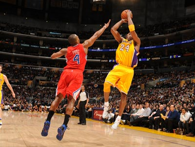 Kobe Bryant scores 18 of his 24 points in the third quarter to help the Lakers defeat the Clippers.   (Getty Images)