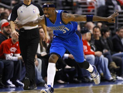 Jason Terry comes off the bench and goes 13 of 18 from the field to help lead the Mavs to victory. (AP)