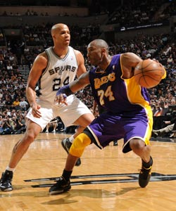 Kobe Bryant and the Lakers end the Spurs' home winning streak at 22. (Getty Images)