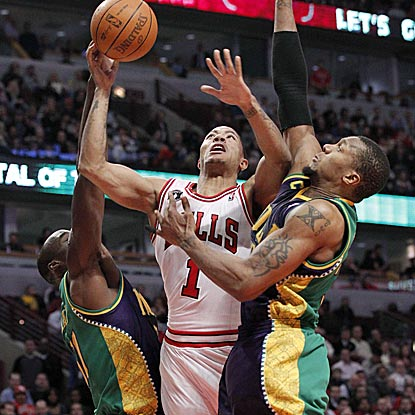 Derrick Rose (1) takes it right to Hornets front-liners Emeka Okafor and David West in the fourth quarter.  (US Presswire)