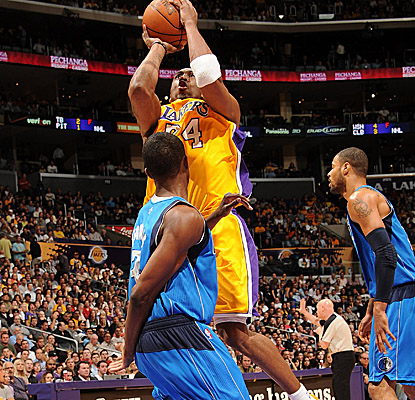 Kobe Bryant goes up for a shot as he scores 28 points, helping the Lakers pull away from the Mavericks.  (Getty Images)