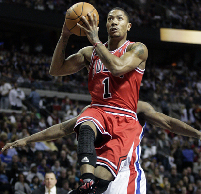 Derrick Rose works his way to 27 points and adds a key assist late in the Bulls' win over the Pistons. (AP)