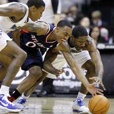 The Wizards' Othyus Jeffers (right) battles for a loose ball during a game in which he posts 13 points and 11 rebounds.  (Getty Images)