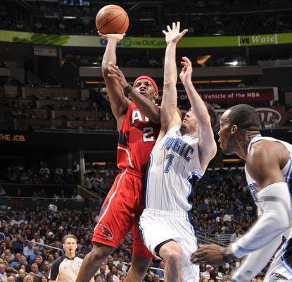 Joe Johnson (left) helps Atlanta fly past Orlando with a 25-point performance in Game 1.  (Getty Images)