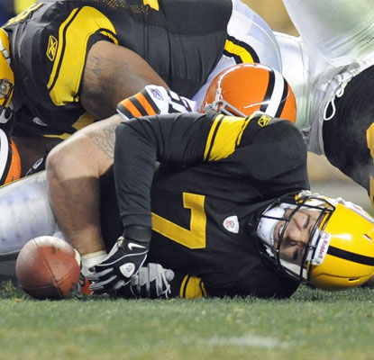 Ben Roethlisberger throws for 280 yards and two scores after suffering a painful ankle injury.  (AP)