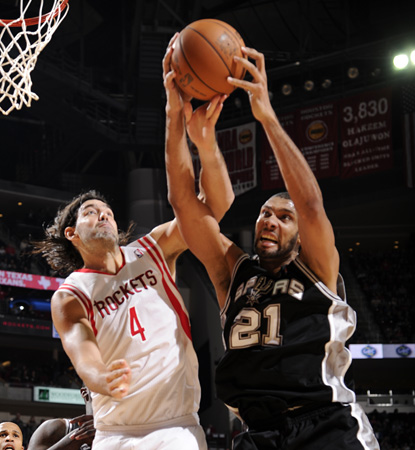 Tim Duncan struggles, going one for eight for only four points. (Getty Images)