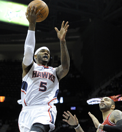 Josh Smith scores 25 points in helping his Hawks win two straight and hang with the East's elite. (AP)