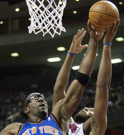 Amare Stoudemire leads the Knicks with 22 points and eight boards in a laugher in Detroit. (AP)