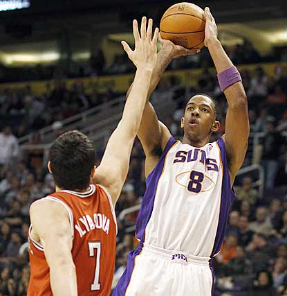Suns forward Channing Frye makes four 3-pointers to help keep Milwaukee winless in Phoenix since 1987.  (AP)