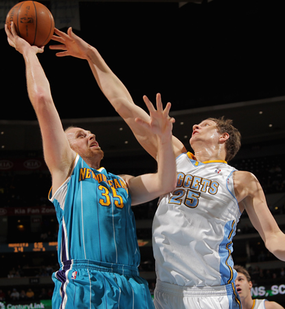 Chris Kaman (left) combines with teammate Carl Landry for 41 points in the Hornets' win. (Getty Images)