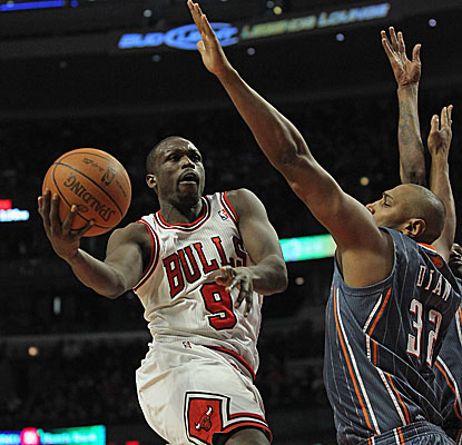 Luol Deng pours in 22 points and collects eight rebounds as the Bulls win their seventh straight at home.  (Getty Images)