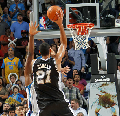 Tim Duncan knocks in the 13-foot winning shot with 1.4 ticks left to send the Hornets to their eighth consecutive loss. (Getty Images)