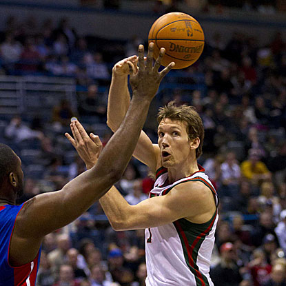 Mike Dunleavy shoots 8-of-10 to score 20 points off the bench for the Bucks.  (Getty Images)