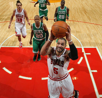 Carlos Boozer eyes the basket on a night where he drops 23 points to help the Bulls to their league-leading 25th win.  (Getty Images)