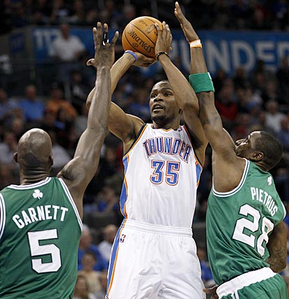 Kevin Durant shoots between Kevin Garnett (5) and Mickael Pietrus during the third quarter.  (AP)